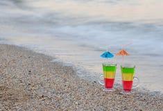 2 коктеиля с соломами в песке на seashore, космосе для текста Стоковое Фото