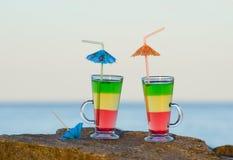 2 коктеиля с соломами на утесе около моря Стоковые Изображения RF