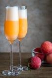 2 коктеиля bellini с свежими персиками Стоковое Изображение