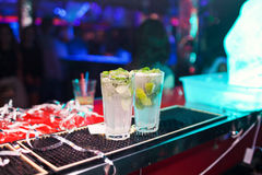 2 коктеиля Mojito на счетчике бара Стоковое Фото