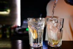 Коктейли бармены в ночном клубе - навыки бармена показаны стоковые фотографии rf