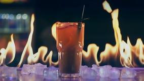 Коктейль в огне на баре акции видеоматериалы