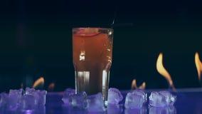 Коктейль в огне на баре сток-видео