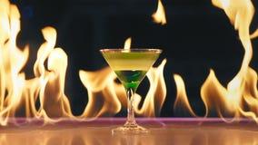 Коктейль горящий на баре сток-видео