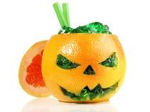 Коктейль хеллоуина со студнем водки в плоде на белой предпосылке стоковые изображения rf