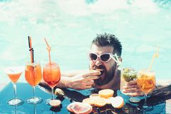 Коктейль человека выпивая на пляже Свежие фрукты в летнем времени Хороший день счастливого человека E стоковые изображения