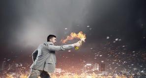 Коктейль Молотоваа бизнесмена бросая Мультимедиа стоковое фото