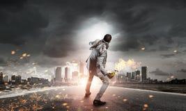 Коктейль Молотоваа бизнесмена бросая Мультимедиа стоковое фото rf