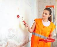 Колеривщик красит стену с роликом Стоковая Фотография RF