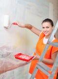 Колеривщик красит стену с роликом Стоковые Изображения RF