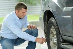 Колеса автомобиля чистки человека среднего возраста первоклассные Стоковое Изображение RF