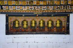 Колеса молитве расположенные внутри королевского дворца известного как дворец Dechencholing thimphu стоковое фото rf