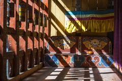 Колеса молитве, шар в солнечном свете, Бутан монаха стоковая фотография