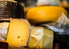 Колеса сыра штабелированные на гастрономе стоковое фото