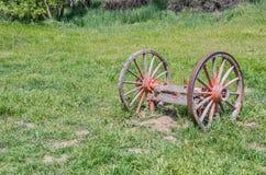 Колеса телеги покрашенные апельсином Стоковое Фото