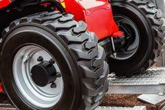Колеса трактора управляют на Стоковое Фото