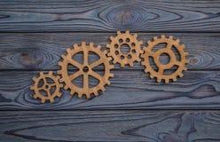 Колеса шестерни на деревянной предпосылке Стоковые Изображения