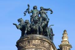 Колесница бога Dionysius, обузданная пантерами, конец-вверх Скульптурный состав на фронтоне оперы Hous Semper Стоковые Фотографии RF