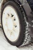 Колесо автомобиля с снежной автошиной зимы Стоковое фото RF