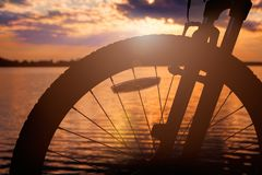 Колесо велосипеда в свете захода солнца лета Стоковое Изображение RF