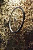 Колесо велосипеда на каменной стене желтого цвета кирпича на ноче Израиле, Dimona, ` Mor `, 2018 Стоковые Фотографии RF