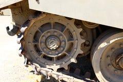 Колесо использовано в следах боевого танка стоковое фото rf
