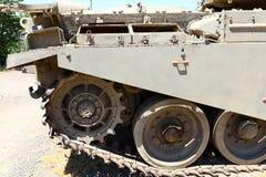 Колесо использовано в следах боевого танка стоковые изображения rf
