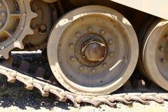 Колесо использовано в следах боевого танка стоковое фото