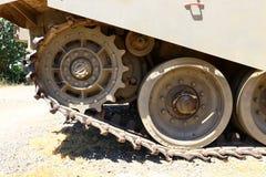 Колесо использовано в следах боевого танка стоковые фото