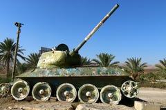 Колесо использовано в следах боевого танка стоковые фотографии rf