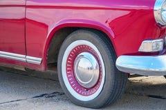 Колесо и бампер красного винтажного автомобиля стоковая фотография