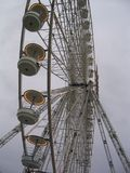 Колесо и небо Ferris стоковое изображение rf