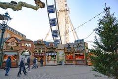 Колесо рождества справедливое и большое, Дюссельдорф, Burgplatz на реке Рейне стоковое фото rf