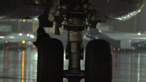Колесо самолета, взгляд на ненастном вечере видеоматериал