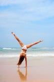 колесо телеги пляжа делая женщину стоковая фотография rf