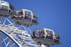 Колесо тысячелетия глаза Лондона Члены публики в стручках стоковая фотография rf