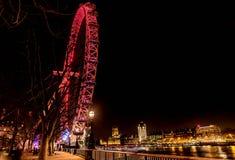 Колесо Ferris гиганта глаза Лондона загоренное на ноче в Лондоне, Великобритании Стоковые Фотографии RF