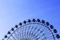 Колесо Ferris и голубое небо стоковое изображение rf