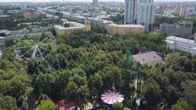 Колесо Ferris и русские горки в парке атракционов, взгляд сверху зажим Взгляд сверху города с колесом Ferris Стоковая Фотография