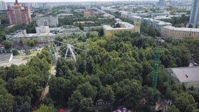 Колесо Ferris и русские горки в парке атракционов, взгляд сверху зажим Взгляд сверху города с колесом Ferris Стоковые Фото