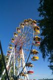 Колесо Ferris и яркое ясное голубое небо на заднем плане Стоковое фото RF