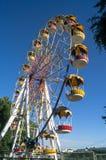 Колесо Ferris и яркое ясное голубое небо на заднем плане Стоковая Фотография RF