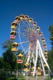 Колесо Ferris и яркое ясное голубое небо на заднем плане Стоковые Фотографии RF