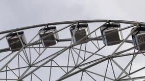 Колесо Ferris кабин вращая на предпосылке облачного неба акции видеоматериалы
