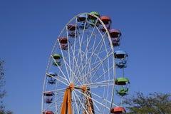 Колесо Ferris Ferris катит внутри парк города Места для пассажиров на колесе ferris Стоковое Изображение RF