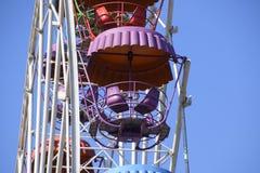 Колесо Ferris Ferris катит внутри парк города Места для пассажиров на колесе ferris Стоковая Фотография RF