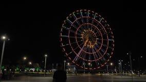 Колесо Ferris на ноче в городе Батуми, Georgia акции видеоматериалы