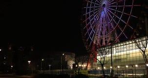 Колесо Ferris на парке атракционов вечером в съемке Токио Odaiba широкой сток-видео