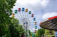 Колесо Ferris на парке города стоковые фотографии rf