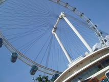 Колесо Ferris под голубым небом стоковое изображение